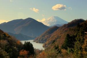西丹沢から望む富士と 丹沢湖