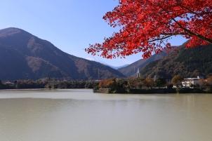 富士山と丹沢湖の紅葉