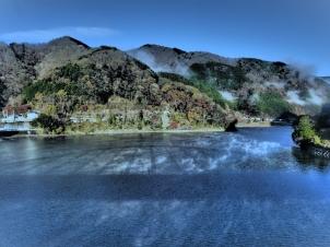 気嵐の湖面に浮かぶ大仏大橋の影