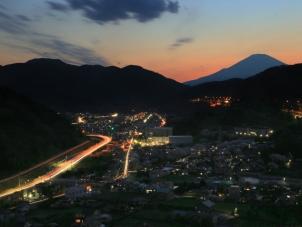 夕闇迫る山北の町並み