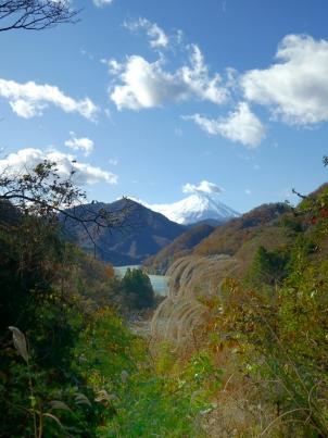ダム湖と富士