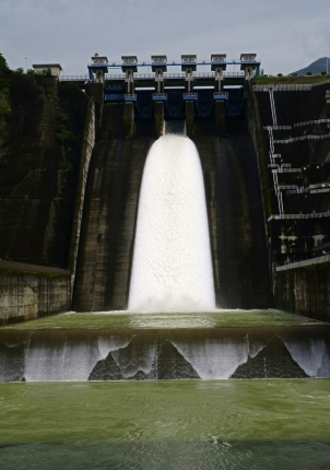 ダム放流中