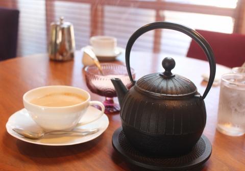 暖かい紅茶は南部鉄器でご提供